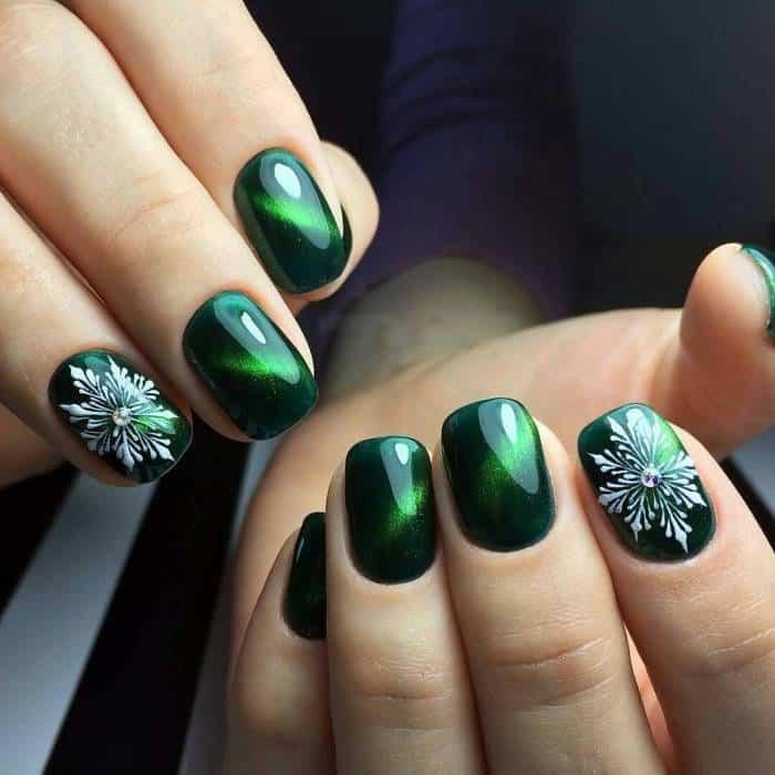 Маникюр в зеленых тонах.</div> <div> Фото гель-лак на длинные, короткие ногти. Новинки» /></div> <p> Особенных украшений подобный маникюр не требует, однако если уж и хочется украсить ногти, то лучше подбирать суровые детали: стразы, фольгированную ленту, жидкую фольгу, золотые блестки и глиттер. В моде делать дизайн с жидкими камнями Плюс ко всему с бульонками оттенка золота. </p> <h3>В одном тоне покрытие на матовой основе</h3> <p> Ногти с матовым эффектом прекрасно выглядят в глубоких тонах темного цвета зеленого, также в мягких оттенках: мятном, бирюзовом, Тиффани. Матовый лак часто не может полностью управится с собственной задачей и сделать матовость полностью.</p> <p> С целью улучшения матового эффекта хорошо применять специализированные топы, которые добавят покрытию ультра матовости.  </p> <div style=
